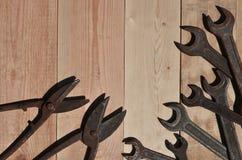 Quelques clés et ciseaux rouillés pour des mensonges en métal sur une étiquette en bois Photo stock