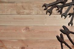 Quelques clés et ciseaux rouillés pour des mensonges en métal sur une étiquette en bois Photo libre de droits