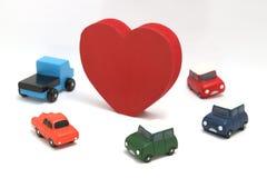 Quelques coeurs et voitures rouges sur le fond blanc Images stock