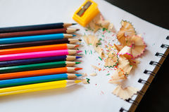 Quelques crayons colorés de différentes couleurs et d'un taille-crayons Images libres de droits