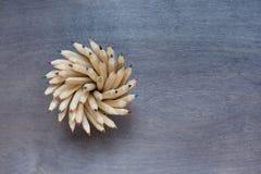 Quelques crayons sur le fond en bois foncé Photographie stock