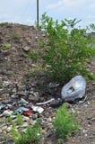 Quelques déchets sur une colline image stock