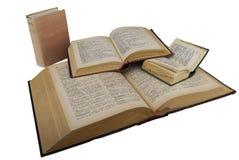 Quelques dictionnaires ouverts d'isolement sur un blanc Photographie stock libre de droits