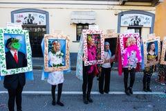 Quelques femmes sont déguisées en tant que peintures célèbres au défilé de carnaval image libre de droits