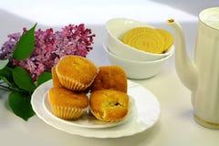 Quelques gâteaux appétissants, biscuits et fleurs lilas Image stock