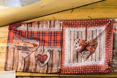 Quelques gant de four avec la décoration en forme de coeur photographie stock