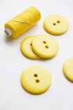 Quelques grands boutons jaunes Photo stock