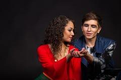 Quelques jeunes acteurs sur un fond foncé Photographie stock libre de droits