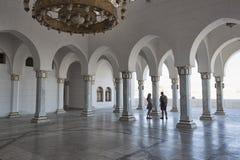 Quelques jeunes en voyages à la mosquée Salam Mosque dans le Sharm el Sheikh image libre de droits