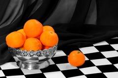 Quelques mandarines dans la cuvette en métal Photographie stock libre de droits