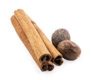 Quelques noix de muscade et cinnamons Image stock