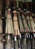 Quelques parapluies en bois colorés japonais accrochant pour le fond de vente images libres de droits
