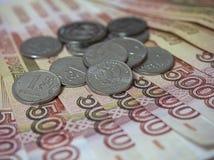 Quelques pièces de monnaie sont dans de grandes dénominations images stock