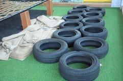 Quelques pneus disposés pour la course de boucle de danse polynésienne Images stock