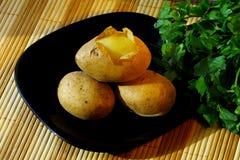 Quelques pommes de terre pour la salade de vacances Photos stock