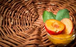 Quelques prunes avec une confiture sur la table en bois Images libres de droits