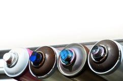 Quelques pulvérisateurs utilisés de peinture d'aérosol se trouvent sur le rebord de fenêtre dans l'atelier d'un concept de The d' Photo stock