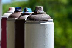 Quelques pulvérisateurs utilisés de peinture d'aérosol se trouvent sur le rebord de fenêtre dans l'atelier d'un concept de The d' Images stock