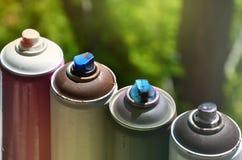 Quelques pulvérisateurs utilisés de peinture d'aérosol se trouvent sur le rebord de fenêtre dans l'atelier d'un concept de The d' Image stock