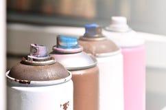 Quelques pulvérisateurs utilisés de peinture d'aérosol se trouvent sur le rebord de fenêtre dans l'atelier d'un concept de The d' Images libres de droits