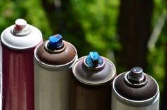 Quelques pulvérisateurs utilisés de peinture d'aérosol se trouvent sur le rebord de fenêtre dans l'atelier d'un concept de The d' Photographie stock