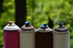 Quelques pulvérisateurs utilisés de peinture d'aérosol se trouvent sur le rebord de fenêtre dans l'atelier d'un concept de The d' Image libre de droits