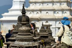 Quelques stupas dans le temple de singe ou Swayambhunath à Katmandou et le doux-foyer de petit morceau de touristes photographie stock