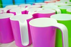 Quelques tasses en plastique colorées Photographie stock