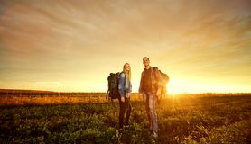 Quelques touristes avec des sacs à dos sur la nature Photo stock