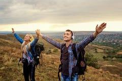 Quelques touristes dans des écouteurs avec leurs mains en nature photo libre de droits