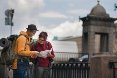 Quelques touristes regardant la manière dans la grande ville Image stock