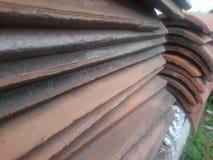 Quelques tuiles de toit très vieilles dans des piles d'un couple Photos stock