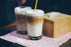 Quelques verres de cappuccino sur la table dehors Photos libres de droits