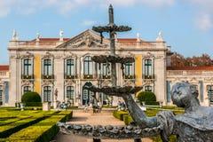 Queluz宫殿庭院的来源  免版税库存图片