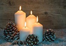 Quema de cuatro velas de la Navidad blanca imágenes de archivo libres de regalías