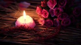 Quema de la vela y flor del ramo para la cantidad del día de San Valentín