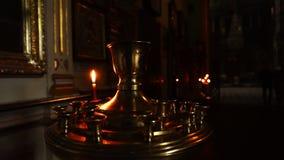 Quema de una vela en el templo Cacerola de la cámara Vídeo del primer almacen de metraje de vídeo