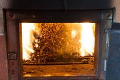 Quema en las pelotillas del horno del pino Imagen de archivo