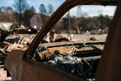 Quemado a la ruina de tierra del coche Fotos de archivo