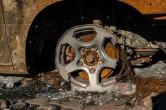 Quemado a la ruina de tierra del coche Imagenes de archivo