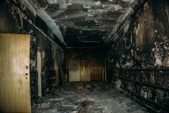 Quemado por el interior del fuego del edificio Pasillo carbonizado Foto de archivo libre de regalías