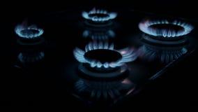 Quemadores de gas de la cocina en la oscuridad almacen de video