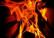 Quemadura de las llamas en un fuego Imágenes de archivo libres de regalías