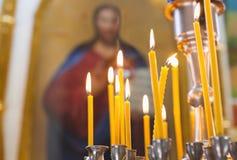 Quemadura de las velas de la iglesia en la iglesia Fotos de archivo libres de regalías