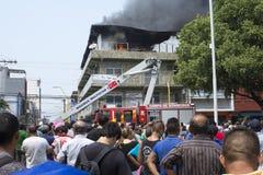 Quemadura del edificio del reloj de la gente en Manaus Imagenes de archivo