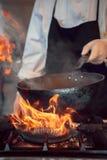 Quemadura del fuego, cocinando en la cacerola del hierro Foto de archivo