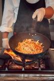 Quemadura del fuego, cocinando en la cacerola del hierro Fotografía de archivo libre de regalías