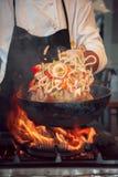 Quemadura del fuego, cocinando en la cacerola del hierro Imagen de archivo libre de regalías