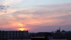 Quemaduras de la puesta del sol con colores brillantes en el cielo metrajes