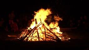 Quemaduras grandes del fuego holiday almacen de metraje de vídeo